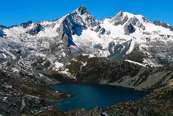 【ハート型地形33】チベットの標高5,000メートルの山 Zhuo Yong Mountain にあるZhuo Yong Cuo と呼ばれる湖[1].jpg