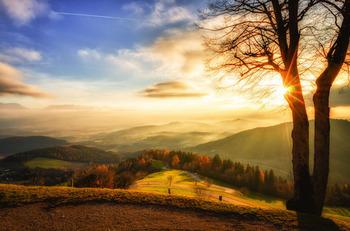 夕陽に照らされた山間.jpg