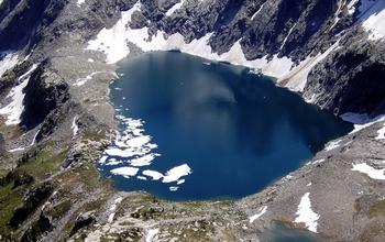 【ハート型地形16】ブリティッシュコロンビア州にあるマルヴェイ湖.jpg