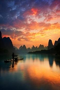 夕暮れの湖と舟.jpg